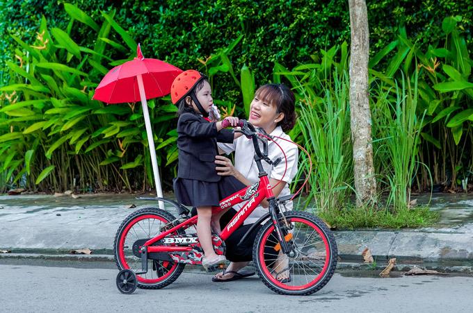 Minh H u ym chm sc con gi trong bui quay MV