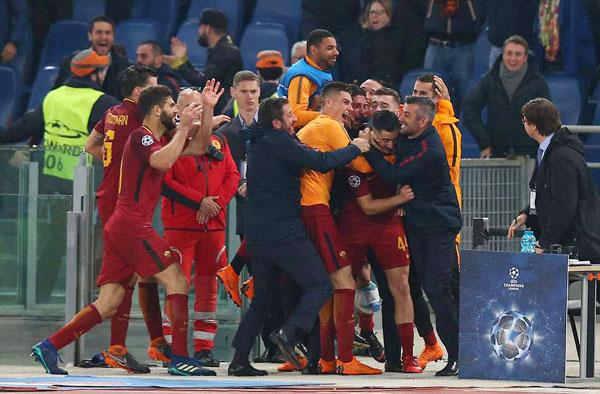 Nỗi buồn của Messi và các đồng đội lại là niềm vui vô bờ với các cầu thủ Roma. Sau trận đấu tưng bừng, đội quân áo bã trầu ôm lấy nhau, hò reo sung sướng.