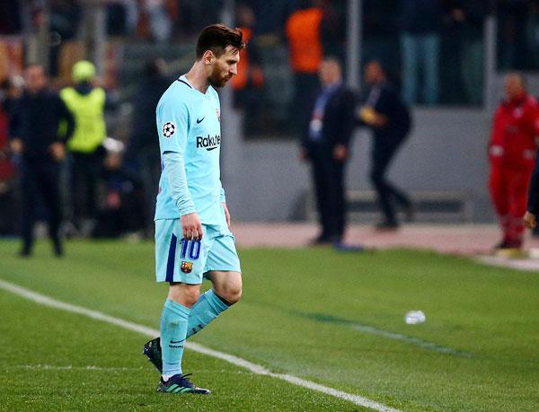 Chân sút 30 tuổi thất thểu đi trên sân khi giấc mơ vô địch Champions League chấm dứt.