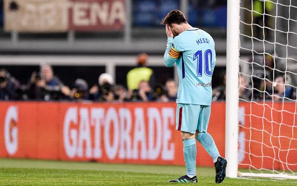 Messi liên tục lấy tay ôm mặt thể hiện rõ sự thất vọng. Từ vị thế gần như cầm chắc vé vào bán kết, anh và các đồng đội lại để đối thủ vùng lên giành lại.