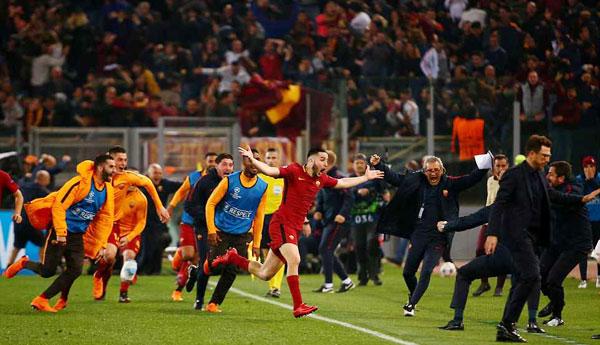 Niềm vui vỡ òa cả trong sân và trên khán đài với các cầu thủ và CĐV Roma.