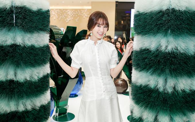 Nữ diễn viên trông giản dị với trang phục, phụ kiện ton-sur-ton trắng, gương mặt trang điểm nhẹ.