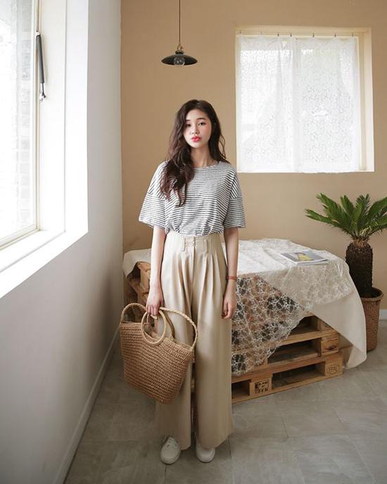 Cùng với các kiểu đầm cài nút kiểu dáng cổ điển, quần suông ống rộng cũng là một trong những món đồ được ưa chuộng ở mùa hè năm nay. Mẫu quần hợp mốt dễ dàng phối hợp cùng nhiều kiểu trang phục để giúp bạn gái tôn nét cá tính.