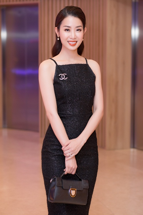 Người đẹp Minh Phương - quản lý của HD Korea Beauty - thay mặt Hoa hậu Hải Dương nhận giải Top 10 Thương hiệu chăm sóc sức khoẻ và sắc đẹp quốc tế được tin dùng tại Việt Nam 2018.