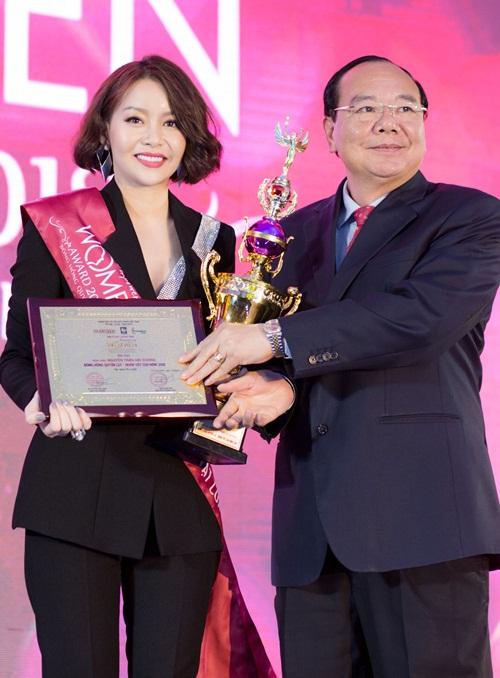 Ngoài ra, cô còn hoạt động thiện nguyện trong và nước, giúp đỡ những mảnh đời khó khăn, bất hạnh, đặc biệt là phụ nữ. Với những đóng góp trên, Hoa hậu Hải Dương được xướng tên ở hạng mục Nhân vật của năm.