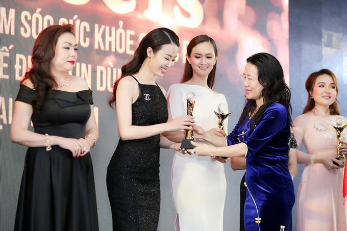 Minh Phươngđại diện HHD Korea Beautynhận giải Top 10 Thương hiệu chăm sóc sức khoẻ và sắc đẹp quốc tế được tin dùng tại Việt Nam 2018.