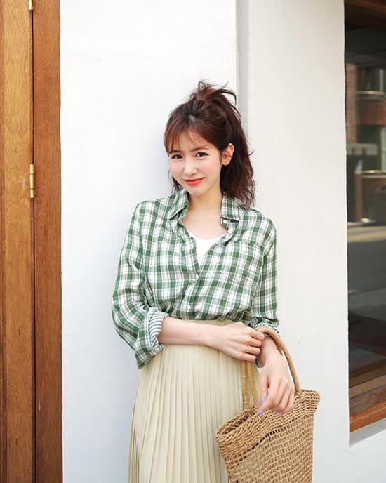 Các mẫu váy áo theo phong cách vintage thường tạo nên sự gắn bó khăng khít với các kiểu túi xách đan lát thủ công.