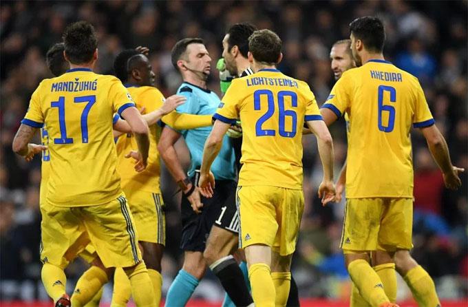 Quyết định phạt Benatia trong pha tranh chấp ngay trước khung thành với Vazquez của trọng tài vấp phải phản ứng dữ dội của các cầu thủ khách. Một lão tướng như Buffon cũng không giữ được bình tĩnh và kết cục phải nhận thẻ đỏ trực tiếp.