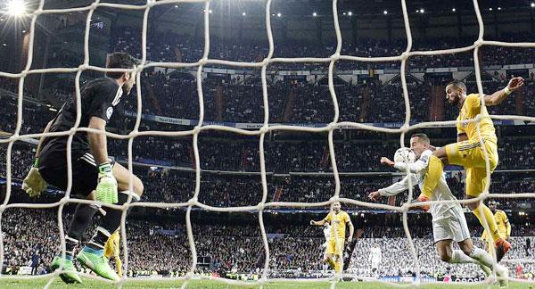 Buffon bị đuổi phút bù giờ, Juve gục ngã trước ngưỡng cửa thiên đường