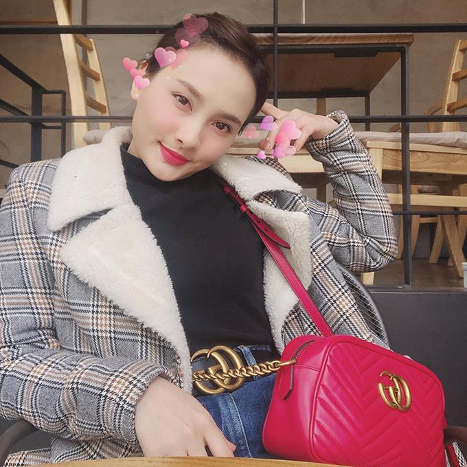 Bảo Thanh khoe phụ kiện hàng hiệu trong chuyến đi Seoul. Bộ trang phục của nữ diễn viên trở nên có chất hơn với thắt lưng và túi Gucci.