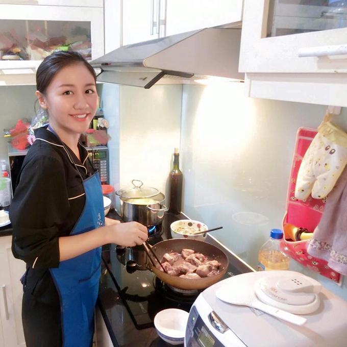 Văn Mai Hương đích thân vào bếp. Cô hài hước bình luận: Giới thiệu cả nhà đây là chị e sinh đôi của Cám haha.