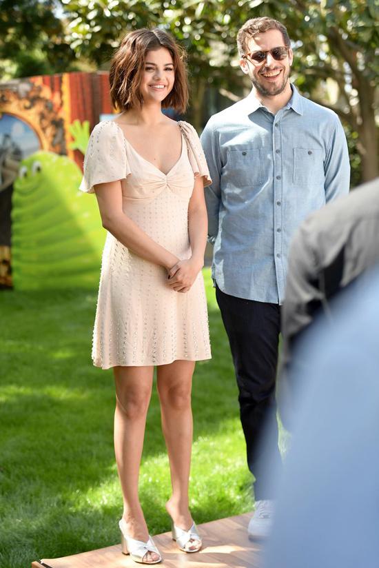 Người đẹp sánh đôi với nam diễn viên Andy Samberg.