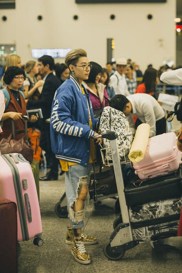 Nữ ca sĩ kiêm nhạc sĩ Tiên Cookie xuất hiện tại sân bay với trang phục bụi bặm, mang phong cách menswear. Cô sẽ hướng dẫn vũ đạo cho các thí sinh biểu diễn mở màn đêm chung kết.