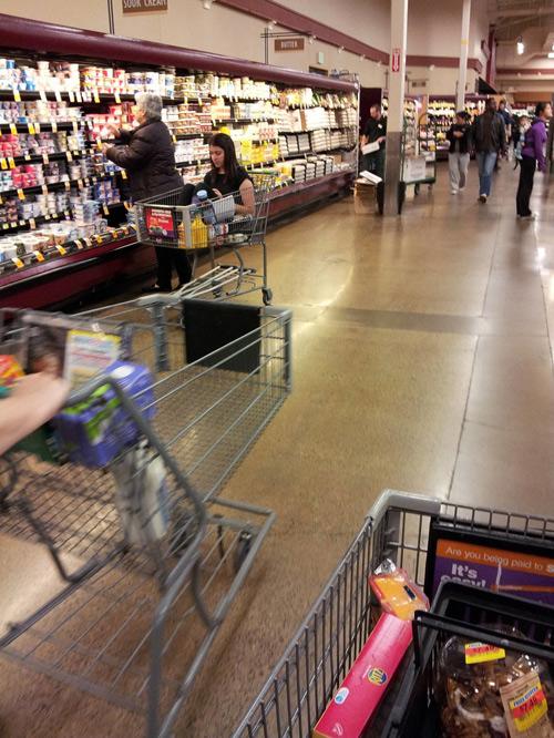 Chẳng lẽ lớn rồi thì không được ngồi trong xe đẩy hàng ở siêu thị ư?