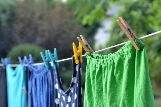 Đừng quên giặt sạch quần áo mới mua trước khi mặc lên người. Ảnh minh họa.