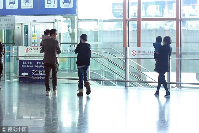 Vợ chồng Từ Hy Viên cùng hai con xuất hiện tại sân bay Bắc Kinh hôm 12/4. Trong khi ông xã bế con gái,