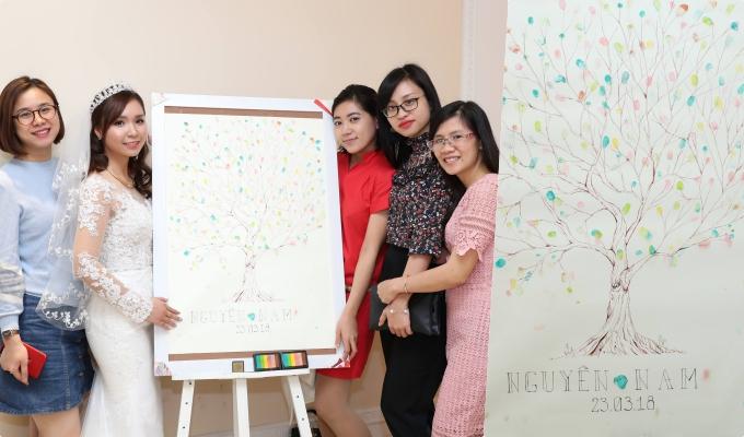 Đám cưới của cô dâu Bình Nguyên (Hà Nội) sử dụng tranh in vân tay do Koyo Do vẽ với chi phí khoảng 500 nghìn đồng.