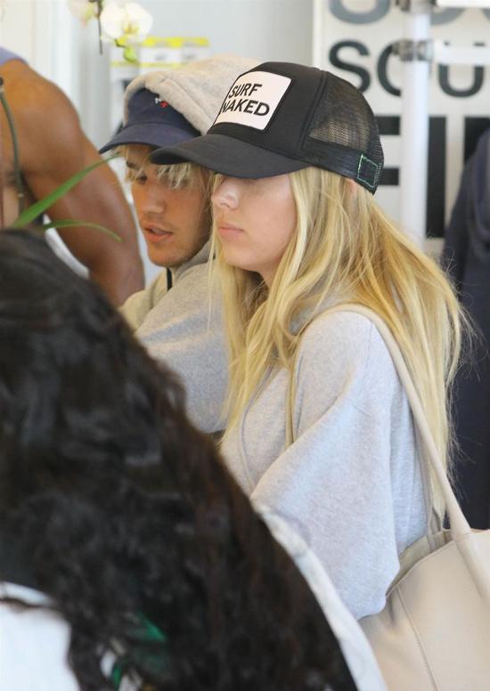Baskin Champion bước vào sau Justin Bieber vài phút, cùng đứng check-in ở quầy trước khi vào tập. Cả hai mặc áo màu xám và đội mũ đen.
