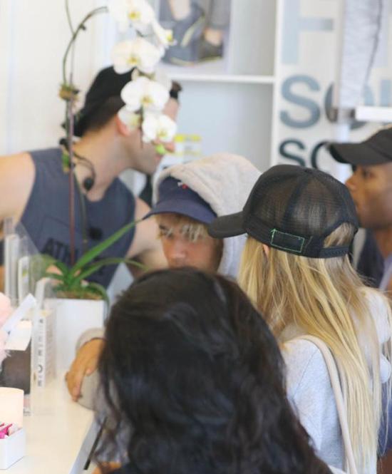 Justin Bieber từng được trông thấy đi xem ca nhạc với Baskin Champion vào đêm 20/3, sau đó nam ca sĩ lái xe đưa người đẹp 22 tuổi này về biệt thự của anh ở qua đêm. Thời điểm đó, một số nguồn tin nói rằng mối quan hệ của Justin và cô gái này chưa có gì nghiêm túc mà nam ca sĩ chỉ thân mật với Baskin để chọc tức Selena Gomez.
