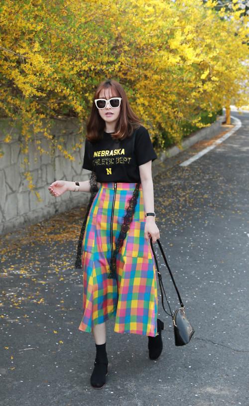 Đi đôi với các mẫu áo được tạo phom dáng cầu kỳ, quần suông ống rộng cũng không hề lép vế trong xu hướng thời trang hè 2018.