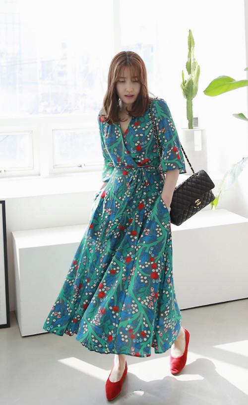 Hưởng ứng trào lưu sử dụng váy vạt quấn đang được chị em yêu thích ở mùa hè năm nay, chất liệu chiffon mềm mại cùng họa tiết hoa đỏ sẽ giúp người mặc thêm phần nổi bật.