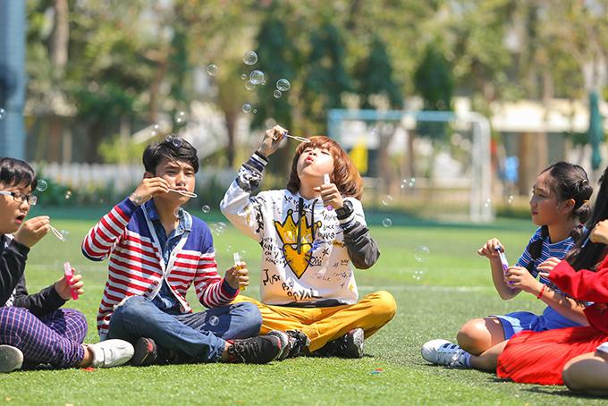 Trong MV, Thiên Khôi khoe khả năng vũ đạo. Em cho biết, đã phải tập rất kỹ lưỡng trước khi quay hình.