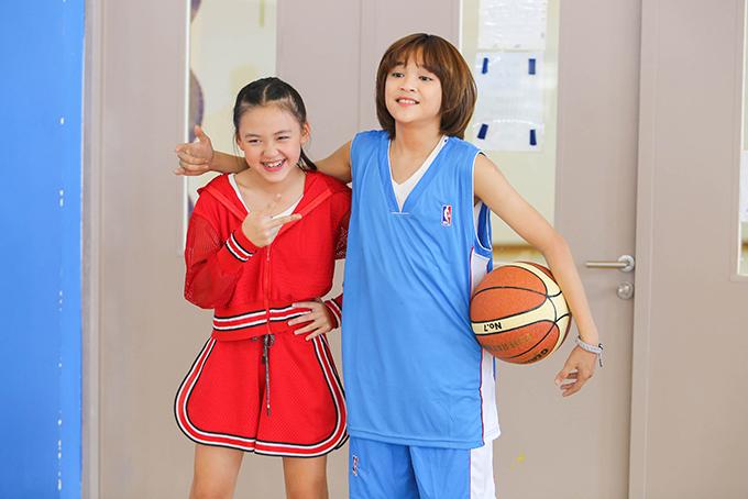 Tiền thưởng từ các cuộc thi ca hát và cát-xê đi diễn được Thiên Khôi tích cóp, sau đó làm MV Nắng vui chứ không cần phải xin bố mẹ.