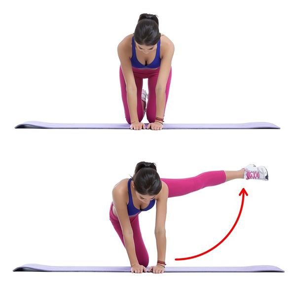 Quỳ chống tay trên thảm, lần lượt đá hai chân thẳng sang hai bên. Lặp lại động tác 15 lần mỗi bên.