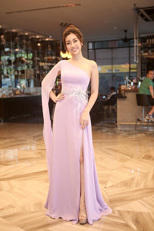 Hoa hậu Việt Nam 2016 Đỗ Mỹ Linh khoe vai trần tại sự kiện.