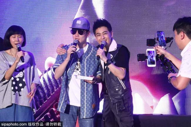 Vo va cap sinh doi toi ung ho Lam Chi Dinh ra mat album moi