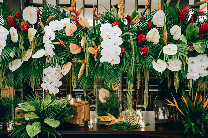 Ekip sử dụng nhiều lá dừa cảnh, hoa cọ rủvà các cành hoa thiên điểu là loại cây đặc trưng của miền nhiệt đới.