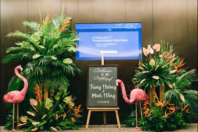 Ở nước ngoài về Việt Nam tổ chức hôn lễ, Trung Hoàng và Minh Hằng mong muốn tiệ cưới của mình được thực hiện với phong cách tự nhiên, không pha lê cầu kỳ, cũng không có quá nhiều hoa tươi choáng ngợp như những đám cưới họ từng đi dự trong các khách sạn 5 sao trước đó.Sau khi tư vấn ý kiến của wedding planner, cả hai chọn chủ đề Tropical Forest (Rừng nhiệt đới) với những điểm nhấn ấn tượng. Đây cũng là một xu hướng trang trí tiệc cưới được dự báo là sẽ gây bão trong năm nay.