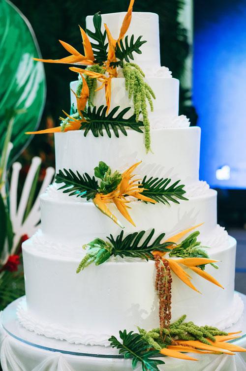 Bánh cưới đơn giản và cũng được trang trí bằng các loại hoa, lá giống như tổng thể.