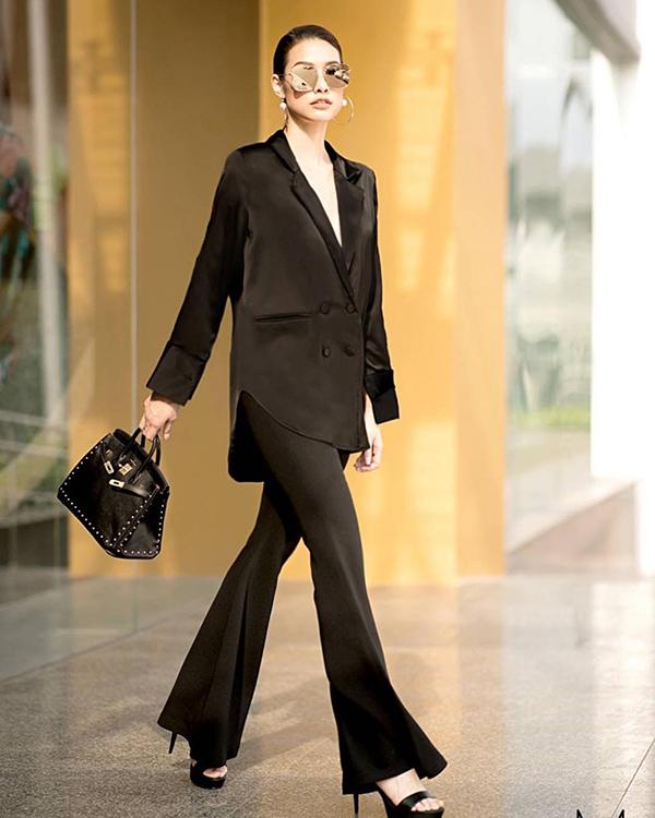 Bên cạnh vest thanh lịch, Lilly Nguyễn còn chọn thêm trang phục áo cổ vest biến tấu, quần ống loe để tôn nét cá tính.