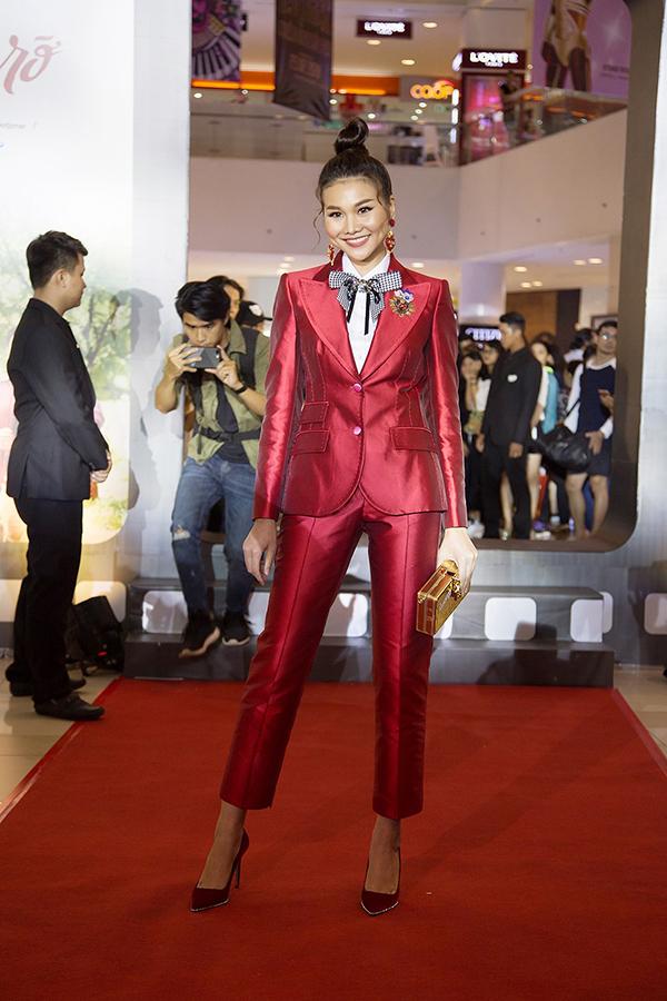 Thanh Hằng tạo nên điểm nhấn riêng giữa trào lưu sử dụng vest trắng tinh khôi bằng bộ cánh đỏ rực rỡ.