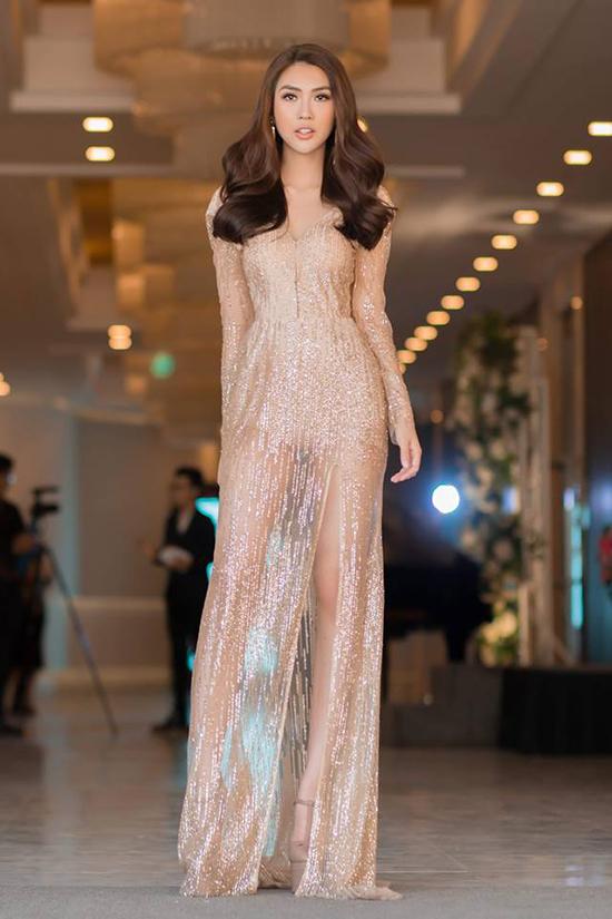 Váy ánh kim là một trong những xu hướng được sao Việt ưa chuộng ở mùa xuân hè 2018. Tường Linh giúp mình trở nên sành điệu và gợi cảm hơn với thiết kế mới nhất của Hà Nhật Tiến. Đi cùng chất liệu lấp lánh và phần kết hợp vải trong suốt giúp người đẹp khoe khéo đôi chân dài sexy.