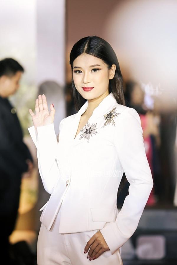 Hoàng Yến cũng chọn vest trắng trang trí hoạ tiết nổi bật để thể hiện sự sành điệu cùng xu hướng mới.