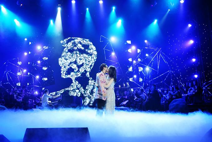 Cũng như đêm nhạc tại Hà Nội cách đây một tuần, Mỹ Tâm - Hà Anh Tuấn gây cười cho khán giả bởi những màn đối đáp tự nhiên, hài hước.