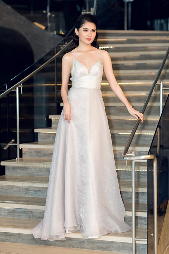 Váy lụa trắng kiểu dáng đơn giản nhưng được tạo điểm nhấn bằng chi tiết hai dây và cúp ngực khiến Thuỳ Dương trở nên gợi cảm và quyến rũ.