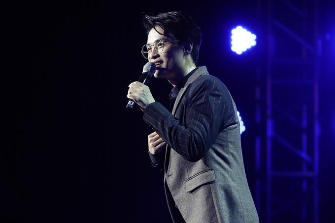Khán giả tiếp tục thích thú với những tâm sự của Hà Anh Tuấn khi kể về mối tình đầu trong mộng - nữ diễn viên Hàn Quốc xinh đẹp Song Hye Kyo. Câu chuyện tình đơn phương này càng thêm phần hấp dẫn mỗi khi Hà Anh Tuấn thể hiện những ca khúc đình đám trong ba bộ phim truyền hình ăn khách Trái tim mùa thu, Ngôi nhà hạnh phúc và Hậu duệ mặt trời từng được khán giả nhiều nơi yêu mến với cách hát thỏ thẻ cực kỳ tình cảm. Lần đầu tiên trong 1 concert của một ca sĩ, nhân vật chính đã nhường hẳn sân khấu của mình để chiều lòng 1 khán giả nam khi biết được vị khán giả này muốn tạo bất ngờ cho người yêu của mình bằng cách cầu hôn trước sự chứng kiến của hàng nghìn người trong khán phòng. Hà Anh Tuấn còn dành ca khúc Forever như lời chúc phúc tốt đẹp nhất dành cho 8 năm yêu nhau cho cặp đôi này.