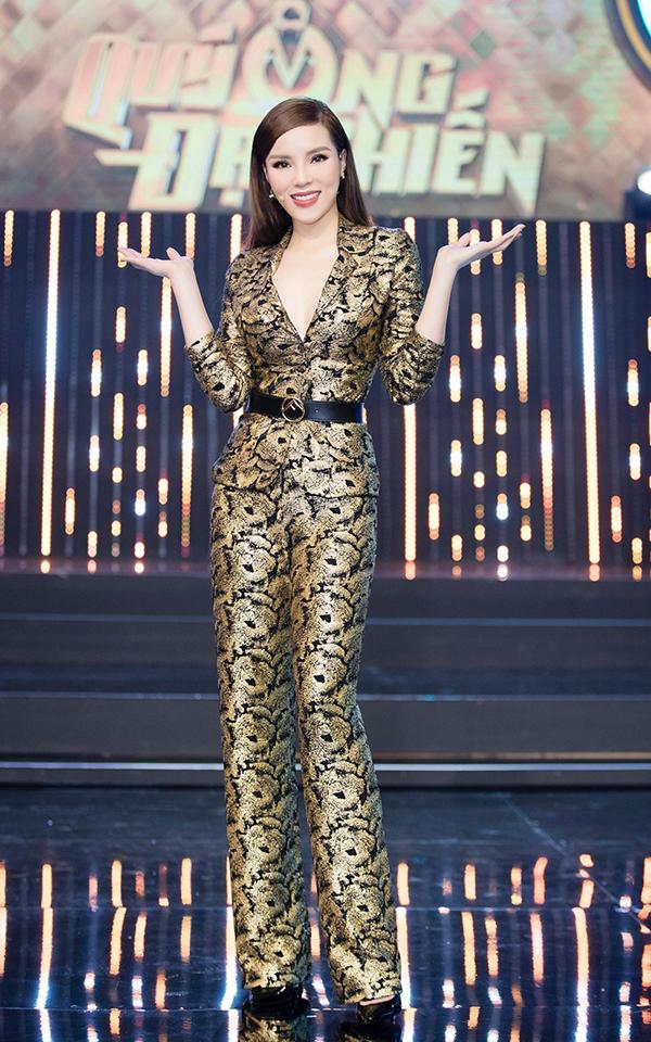 Hoà cùng trào lưu mặc vest và suit đang được các người đẹp Việt yêu thích, Kỳ Duyên giúp mình tôn nét gợi cả và hiện đại cùng bộ cánh hoa văn ấn tượng.