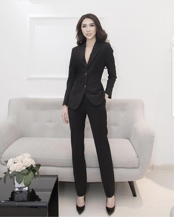 Vest trên tông đen dễ mang lại hình ảnh già nua, tuy nhiên nhờ cách xử lý phom dáng khéo léo đã giúp Tường Linh vẫn có được nét trang nhã và trẻ trung.