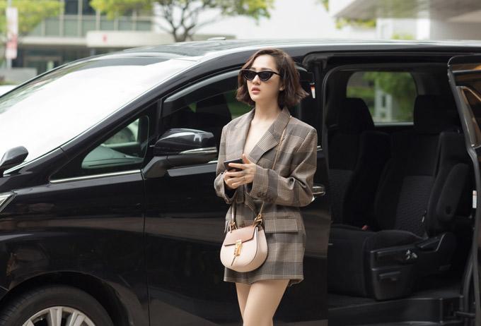 Nữ ca sĩ gợi cảm, sành điệu khi mặc váy ngắn xuất hiện trên phố.