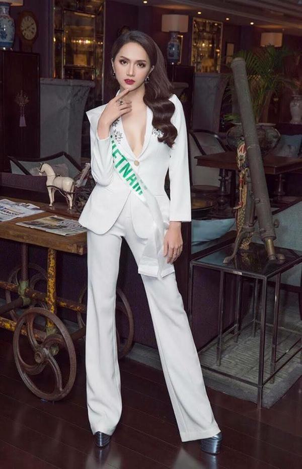 Chọn bộ vest trắng theo phong cách menswear nhưng hình ảnh của Hương Giang không kém phần gợi cảm nhờ thiết kế áo xẻ ngực sâu.