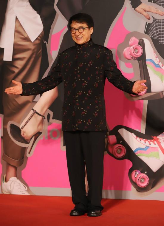 Góp mặt tại Lễ trao giải, ông vua phim hài hành động tỏ ra rất hào hứng.