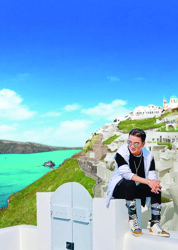 Mr. Đàm khám phá từng ngõ ngách Santorini để chụp ảnh bìa album mới