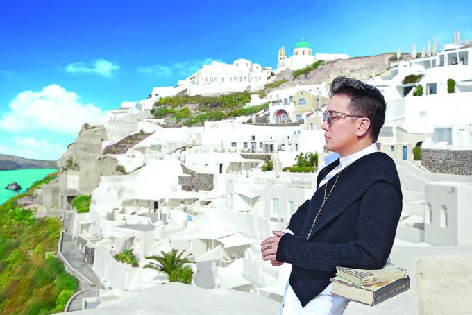 Mr. Đàm khám phá từng ngõ ngách Santorini để chụp ảnh bìa album mới - 8