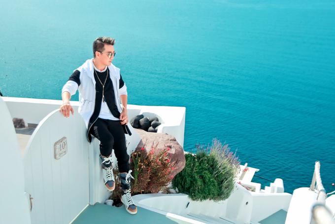 Mr. Đàm khám phá từng ngõ ngách Santorini để chụp ảnh bìa album mới - 1