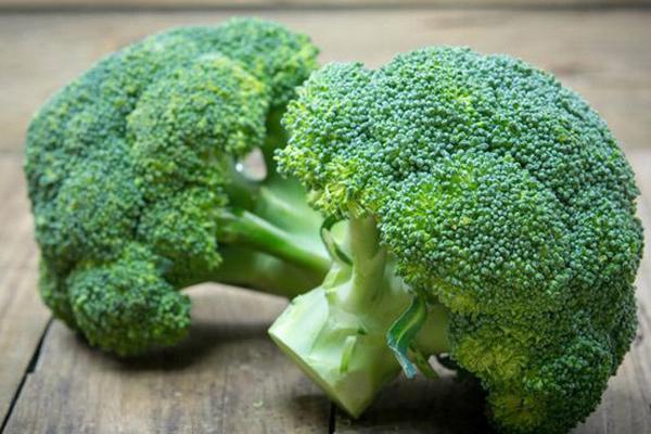 Bông cải xanh được mệnh danh là siêu thực phẩm đối với làn da. 100 g bông cải xanh chứa khoảng 89 mg vitamin C cùng hàm lượng caovitamin B, beta carotene, carotenoid, canxi, kẽm và chất xơ.