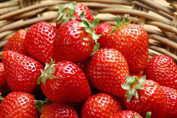 100 g dâu tây chứa tới 80 mg vitamin C. Không chỉ giúp da trắng hồng từ bên trong, thường xuyên ăn dâu tây còn giúp làm trắng răng tự nhiên.